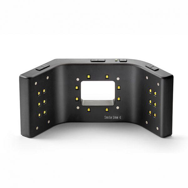 """Smile Lite MDP, que puede ser considerada como un """"mini estudio fotográfico"""", han sido necesarios 3 años de desarrollo y tests. La lámpara es provista de tres grupos de LEDs (light emitting diodes) : cada grupo puede ser encendido individualmente"""