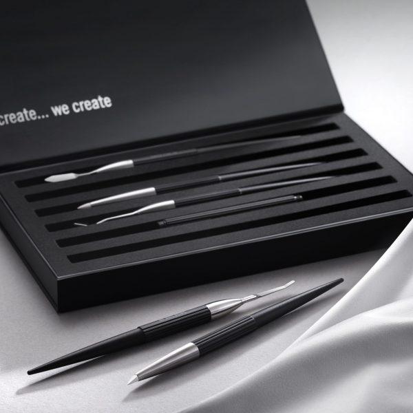 El set de instrumentos para composites esta compuestos de 5 instrumentos montados en mangos de aluminio adonizado negro. Todos estos instrumentos han sido desarrollados de forma específica para modelar los composites foto-polimerizables.
